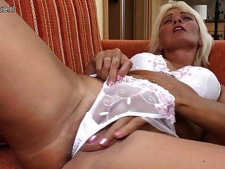 섹시한 할머니는 자기와 놀기를 좋아합니다.