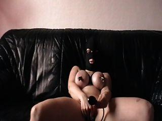 클램핑 된 가슴과 플러그로 자위하는 나.