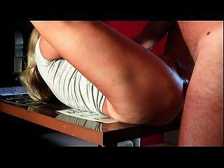 성숙한 속임수 부인이 와서 엉덩이에 그녀를 엿 보았어.