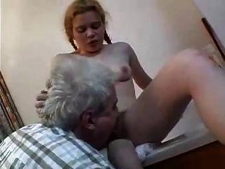늙은 남녀가 털이 많다.