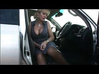 차에 탄고있는 스타킹