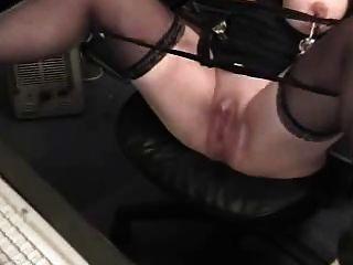 거대한 clit와 흥분 할머니는 컴퓨터에서 재미를 가지고있다.