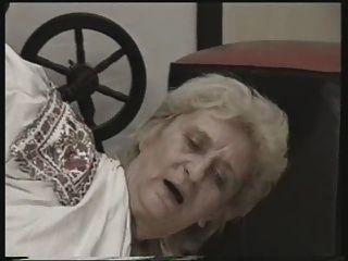 할머니는 바닥에 잤어.