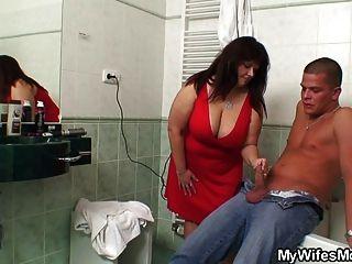 통통한 엄마가 화장실에서 데려다 준다고