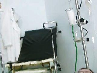 제인의 음부가 검경 중 클리닉의 gyno 의자에 \u003c2ko\u003e굴고있다.