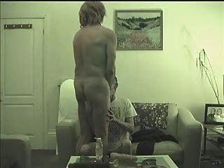 한 가지가 또 다른 트렌디 거리의 창녀로 빨려 들어간다, 엿먹이고, 주먹으로 젖꼭지가 고문 당한다.