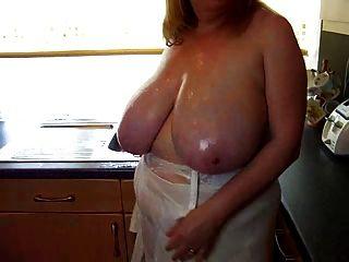 부엌에서 그녀의 큰 가슴으로 섹시한 bbw 성숙한 놀이
