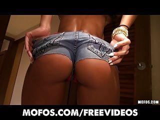 놀라운 큰 가슴 라티 나 루나 스타가 그녀의 완벽한 엉덩이를 과시합니다.