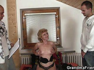 외로운 할머니가 그녀의 음부를 제공합니다.