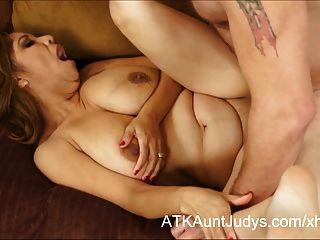 curvy latina milf marisa에는 정액으로 덮인 그녀의 가슴이 있습니다.