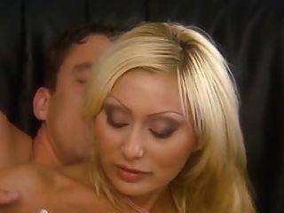 이탈리아어 금발 엄마가 엉덩이에 멋지게 좆