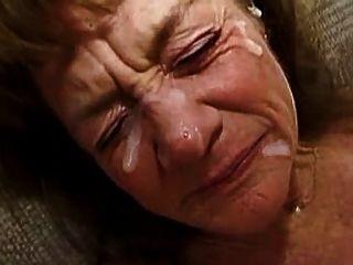 할머니는 많은 얼굴을 필요로합니다.