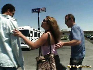 더러운 아기는 3 명의 큰 자지와 함께 밴에서 강타 당한다.