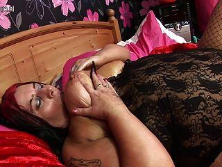 자신을하고있는 큰 뚱뚱한 성숙한 매춘부 어머니