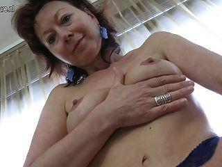 성숙한 어머니는 자신과 놀기를 좋아한다.