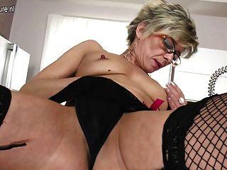 섹시한 할머니는 여전히 자신과 놀기를 좋아합니다.