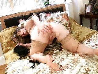 슈퍼 busty milf 그녀의 거대한 가슴을 즐긴다.
