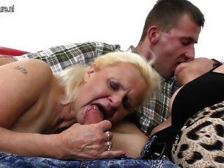 두 할머니는 삼인조로 큰 수탉을 즐긴다.
