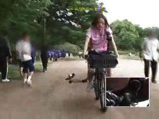 일본 여학생은 수정 된 자전거로 자위 행위를한다.