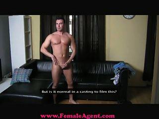 여성 중심의 건방진 주조 남자가 지배적이된다.