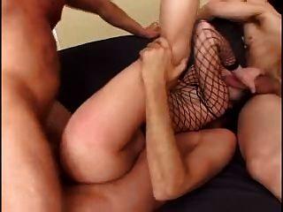망할 놈이 엉덩이를 좆하고 3 방울을 방울 뱉어 낸다.