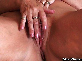 64 세의 영국 할머니 샌드위치가 그녀의 낡은 음부를 문지른다.