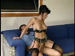 누보 라 네라는 엉덩이에 사로 잡혔다.