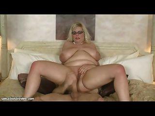 섹시 bbw milf는 그녀의 엉덩이에 큰 거시기 걸립니다