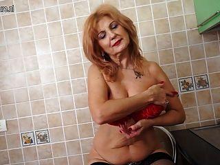 슈퍼 핫 할머니가 섹시한 신체와 자위를 보여줍니다.