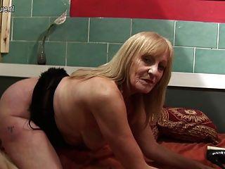 그녀의 젖은 오래된 걔 집 애와 놀고 아마추어 걸레 할머니