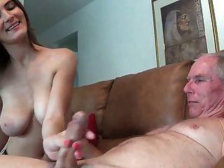 여자는 그녀의 삼촌에게 주무기를주지 않는다.
