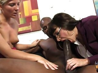 오래 된 흰색 엄마와 불쾌 한 사춘기 소녀 사육하는 흑인 남자