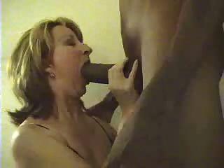 거대한 검은 수탉을 빠는 백인 아내
