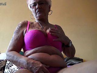 아주 오래된 독일 할머니와 그녀의 처진 가슴