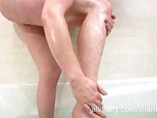 털이 많은 제나가 그녀의 음부를 젖게하고 수음을합니다.