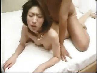 아시아 사나이 독 거스 체형과 사정