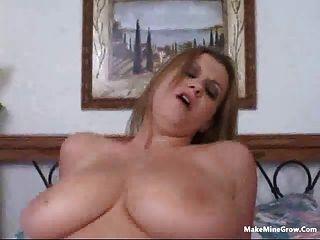금발의 자기가 정액 2와 그녀의 가슴을 재생