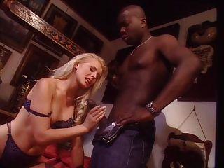 흑인 남자와 젊은 금발의 여자