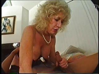 털이 많은 할머니는 딜도와 BBC를 좋아합니다.