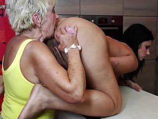 2 할머니와의 늙은 및 젊은 그룹 섹스
