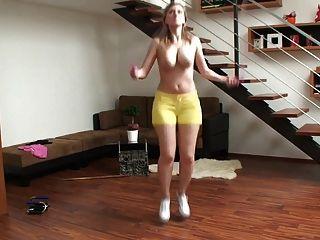 거유 금발의 아가씨 점프와 그녀의 큰 가슴을 수신 거부