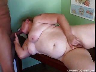 통통한 아마추어 빨간 머리 그녀의 뚱뚱한 음부가 핥고 엿