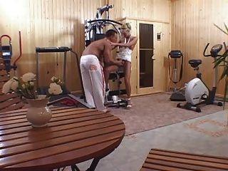 운동 후 집 체육관에서 금발을 빌어 먹을