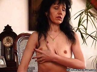 처진 가슴과 털이있는 늙은 여자