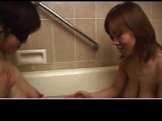 일본 여자 2 마리 우유 가슴