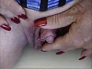 뜨거운 할머니는 그녀의 아주 큰 clit을 쓰다듬어!