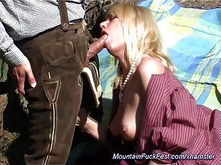 milf는 산에서의 항문 섹스를 좋아합니다.