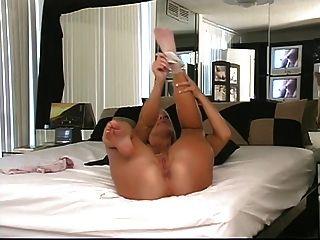 금발 그녀의 둥근 엉덩이를 보여 침대에서 그녀의 무릎에 가져옵니다.