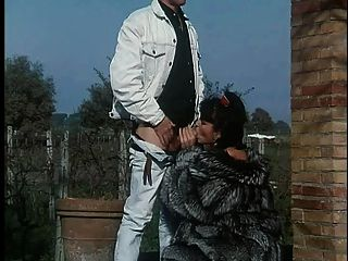 모피 코트에 여자가 망 쳤어.