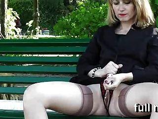 naomi1은 공공 공원에서 자위한다.